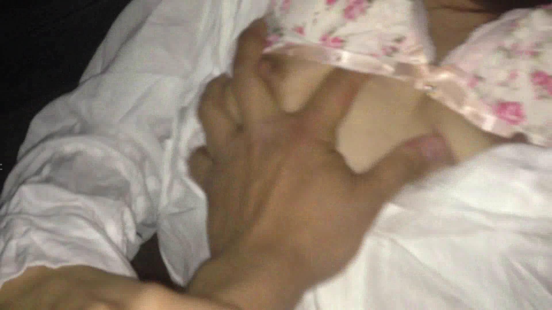 胸を鷲掴みにされる被害者女性