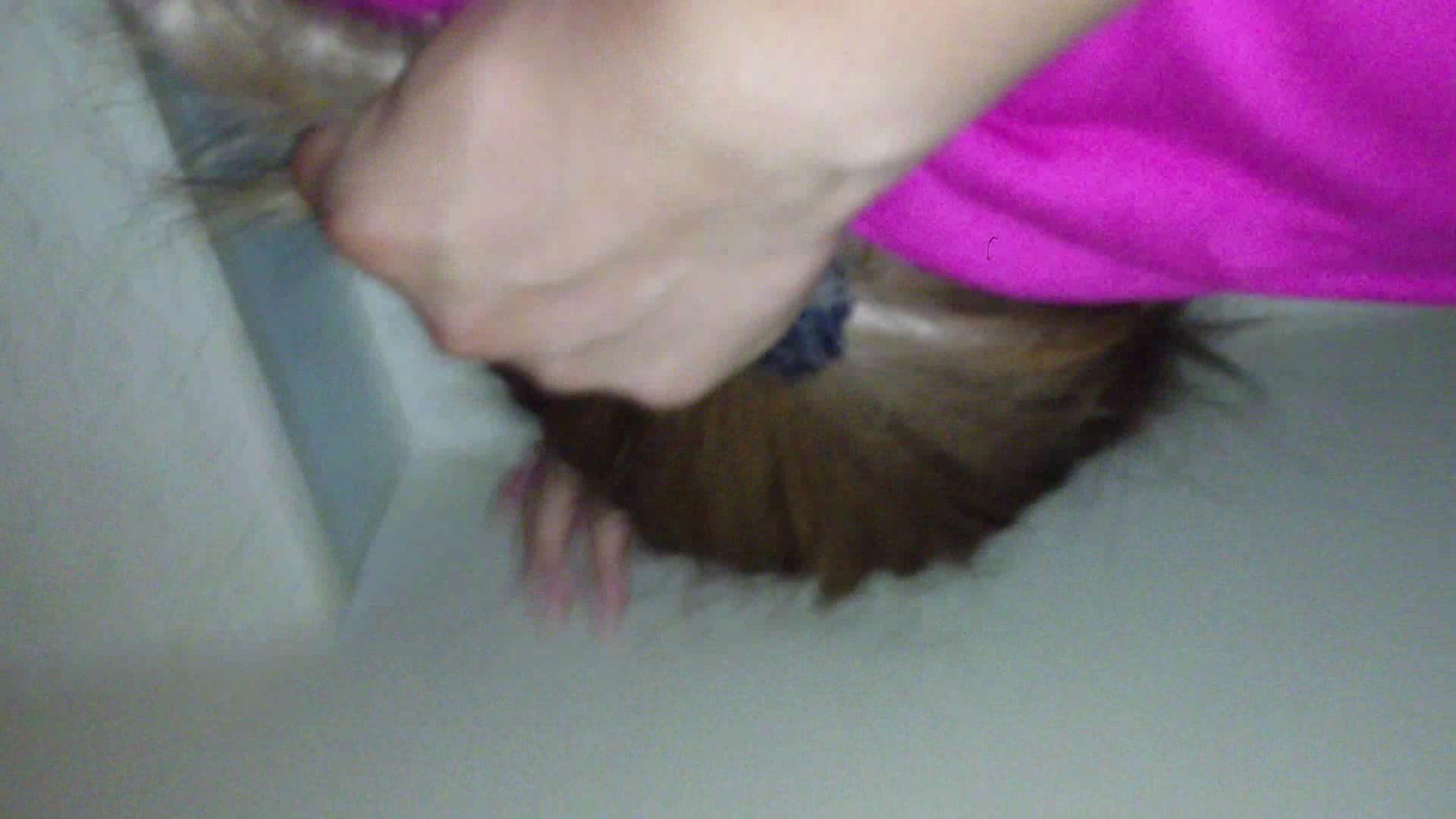 強姦魔に髪を鷲掴みにされる被害者女性