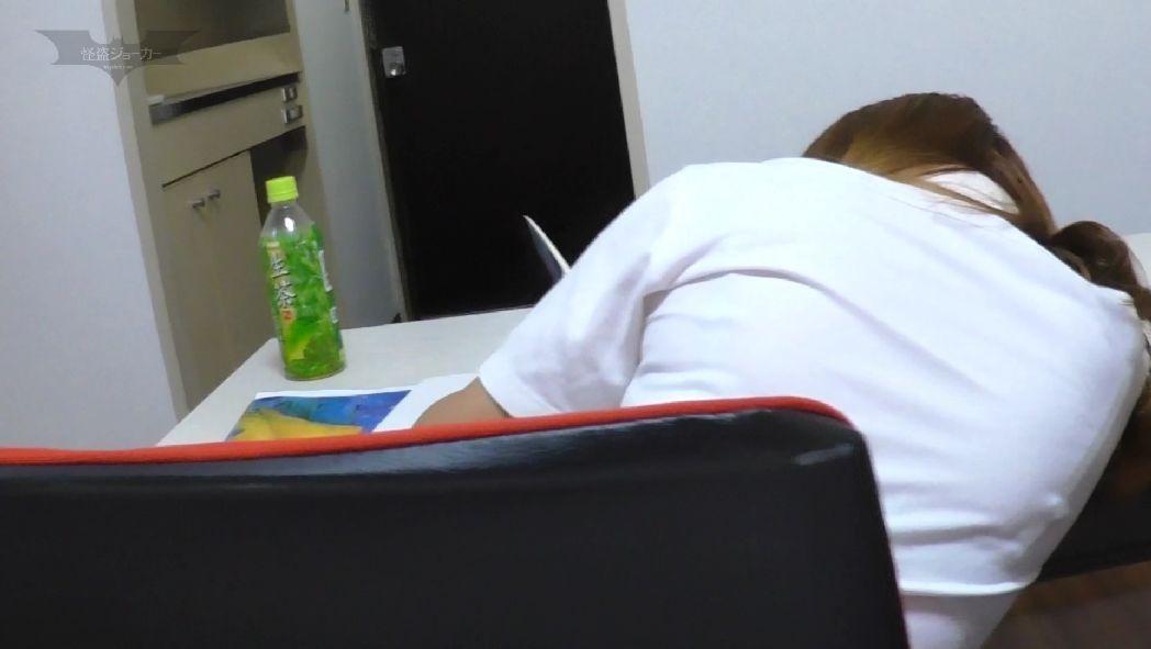 睡眠薬を盛られて意識を失うターゲットのギャル女子校生
