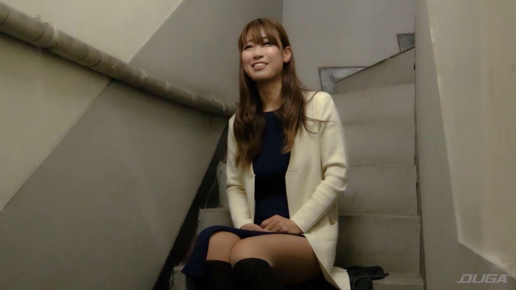 これから痴漢体験をするのに余裕の表情でインタビューに答える素人熟女 乾沙衣