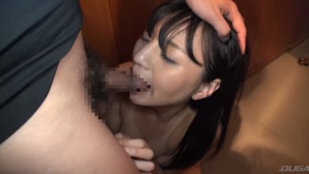 可愛い口に肉棒を突っ込まれる少女