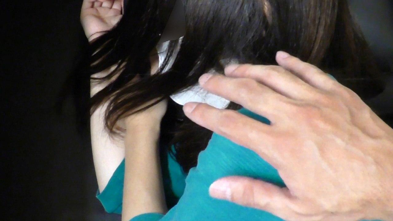 女の子の肩を軽く叩く男