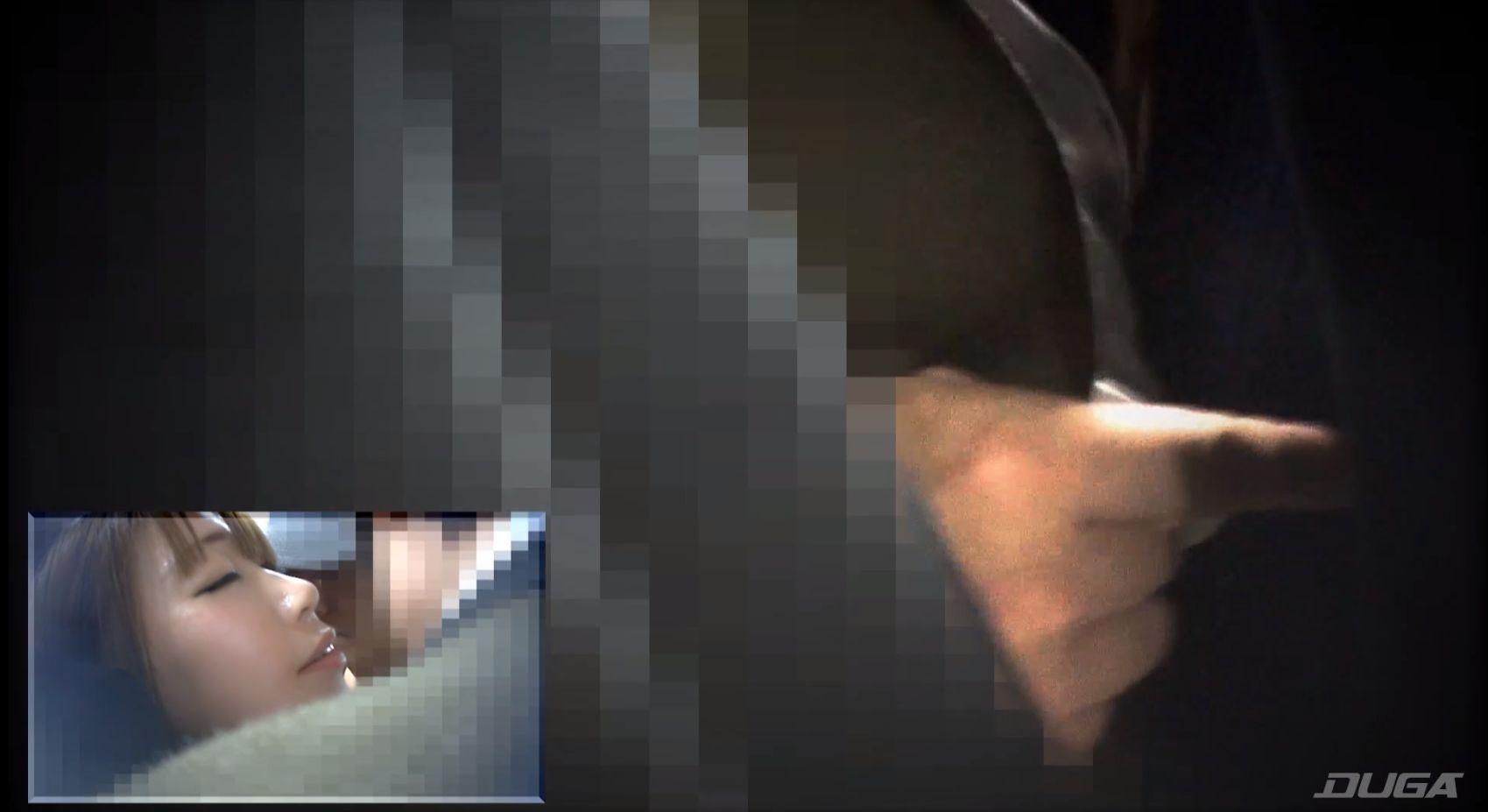 満員電車で痴漢に襲われている素人熟女 乾沙衣の様子を隠し撮り